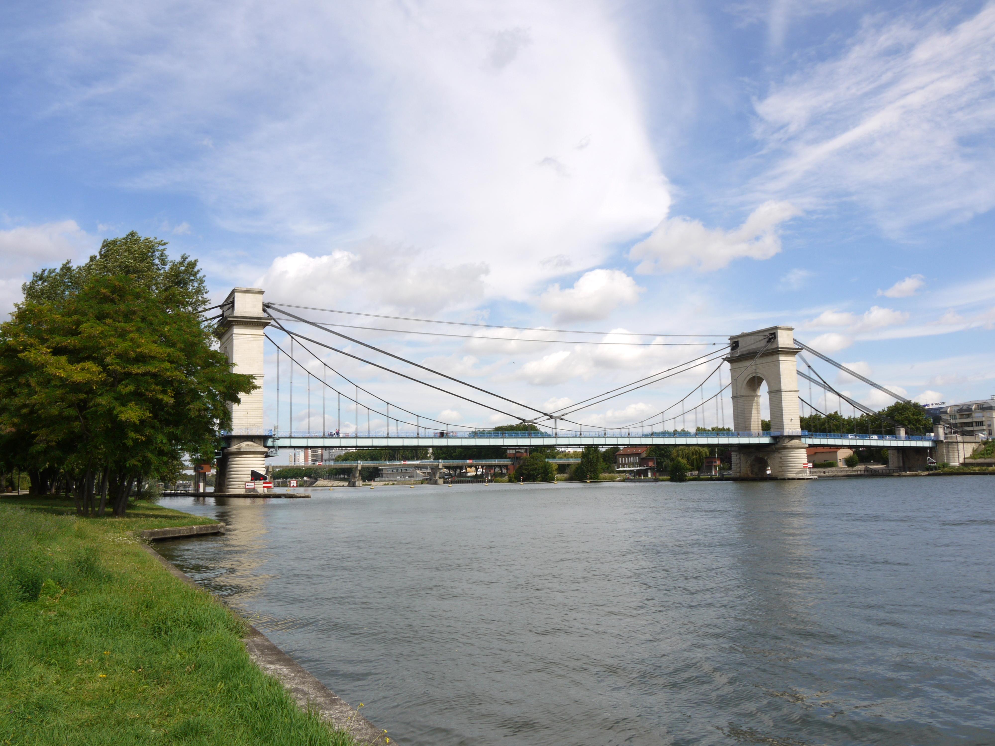 Suspension_bridge_near_Paris_P1050243
